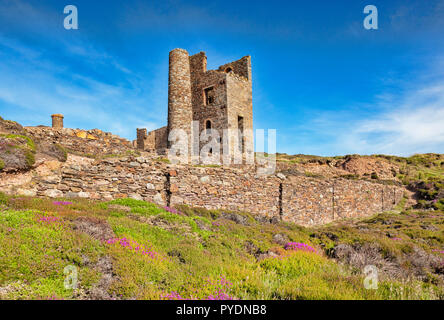 Old Whim Crushing Mill, part of the Wheal Coates mine near St Agnes Head, Cornwall, England, UK, one of the sights of the South West Coast Path. - Stock Image