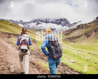 Vinicunca, Peru - January 7, 2017. A couple of tourists walking to the Viniculca peak (Rainbow mountain) - Stock Image