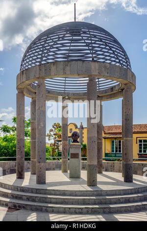 Memorial to the painter / artist Guillermo Sureda Arbelo. Erected in 1999 by Arucas city council and sculptured by José Luis Marrero Cabrera - Stock Image