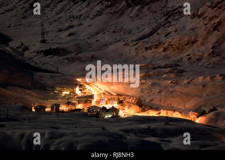 Blick von der Valluga nach St. Christoph im Tal bei Nacht, Skigebiet St. Anton am Arlberg, Lechtaler Alpen, Tirol, Österreich - Stock Image