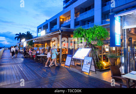 Popular Dundee's restaurant in the Marina in the evening, Cairns Wharf, Far North Queensland, FNQ, QLD, Australia - Stock Image