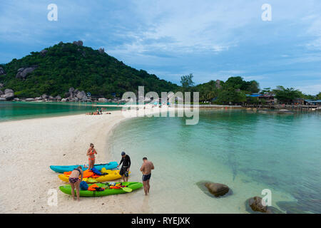 People with kayaks on Nang Yuan island beach, Ko Tao island, Thailand - Stock Image