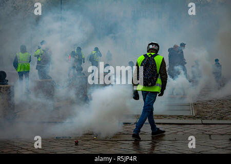 Paris, France. 1st December, 2018.  Protesters at Arc de Triomphe between tear gas during the Yellow Vests protest against Macron politic. Credit: Guillaume Louyot/Alamy Live News - Stock Image