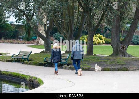 Hastings, East Sussex, UK. 05 Jan, 2019. UK Weather: A chilly start to the morning in Alexandra park in Hastings, East Sussex. A couple with their dog take a stroll around the pond. © Paul Lawrenson 2018, Photo Credit: Paul Lawrenson / Alamy Live News - Stock Image