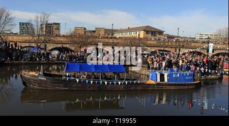 Boat arriving in Victoria basin  Two hundred years ago on, the 22.2.1819 The Sheffield and Tinsley canal was opened, in 2019 it was celebrated again. - Stock Image