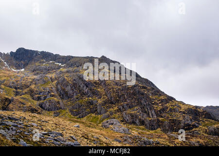 View across Nameles Cwm / Cneifion to Seniors Ridge route leading to Glyder Fawr mountain in Snowdonia National Park. Cwm Idwal Ogwen Conwy Wales UK - Stock Image