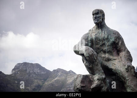 The statue of Jan Smuts in The Company's Garden, Cape Town, South Africa, with Table Mountain in the background. - Stock Image
