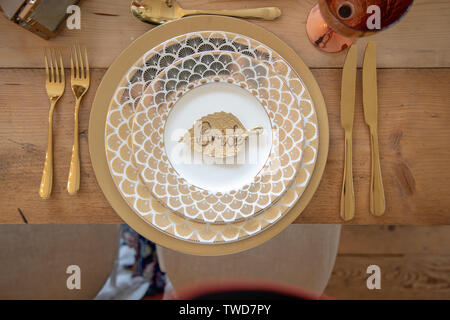 Brides gold Wedding place setting, Jennycliff, Plymouth, Devon, UK - Stock Image