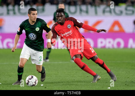 Wolfsburg, Germany. 22nd Apr, 2019. Soccer: Bundesliga, 30th matchday: VfL Wolfsburg - Eintracht Frankfurt in the Volkswagen Arena. Wolfsburg's William (l) and Frankfurt's Danny da Costa fight for the ball. Credit: Peter Steffen/dpa - IMPORTANT NOTE: In accordance with the requirements of the DFL Deutsche Fußball Liga or the DFB Deutscher Fußball-Bund, it is prohibited to use or have used photographs taken in the stadium and/or the match in the form of sequence images and/or video-like photo sequences./dpa/Alamy Live News - Stock Image