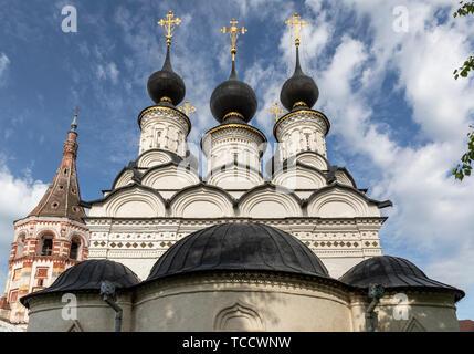 Kokoshniki of St Antipas & red tower of St Lazarus Churches, Suzdal, Russia - Stock Image
