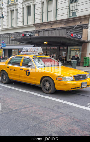Macy's Department Store New York City with Iconic Yellow NYC Taxi (NY) - Stock Image