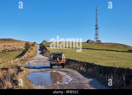 Land Rover on Green Lane by Sir William Hill radio mast. Near Bretton, Peak District National Park, Derbyshire, England. - Stock Image