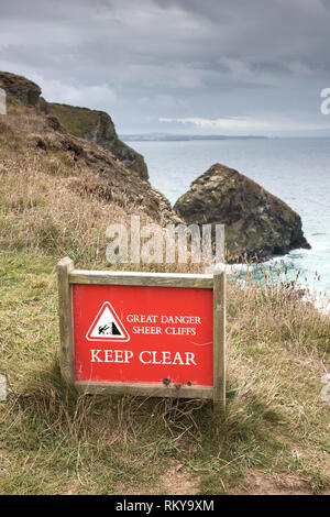A warning sign on cliffs on the North Cornwall coast. - Stock Image