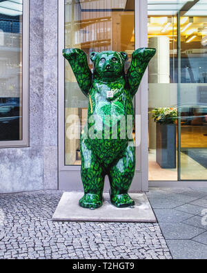 Green Buddy Bear. Iconic emblem outside Steigenberger am Kanzleramt Berlin. Luxury 5 star hotel - Stock Image