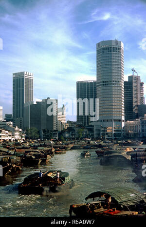 Singapore river in 1976, Singapore river in full use, vintage river scene 1976 with busy commercial river trade. - Stock Image