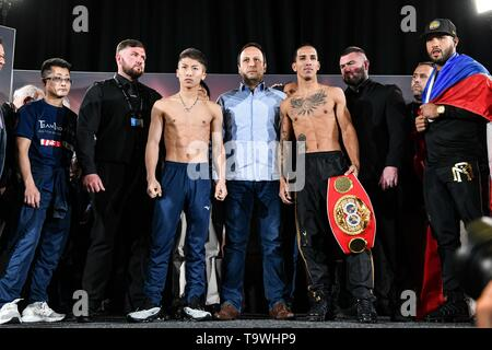 Glasgow, UK. 17th May, 2019. Naoya Inoue (JPN), Emmanuel Rodriguez (PUR) Boxing : Naoya Inoue (3rd L) of Japan and Emmanuel Rodriguez (4th R) of Puerto Rico pose during the official weigh-in for the IBF bantamweight title bout, Semi-finals of the World Boxing Super Series - Bantamweight tournament, in Glasgow, Scotland . Credit: Hiroaki Yamaguchi/AFLO/Alamy Live News - Stock Image