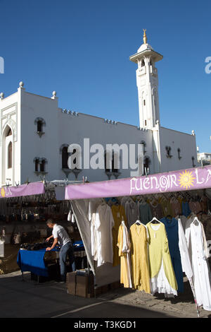 The Sunday market in the shadows of the Islamic mosque, Fuengirola, Costa del Sol, Spain. - Stock Image