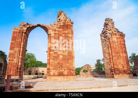 Iron pillar of Delhi or Ashoka Pillar and courtyard of Quwwat-ul-Islam Mosque in the Qutub Minar complex in Delhi, India - Stock Image