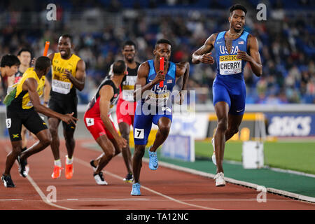 YOKOHAMA, JAPAN - MAY 12: Paul Dedewo and Michael Cherry of the USA in the final of the mens 4x400m relay during Day 2 of the 2019 IAAF World Relay Championships at the Nissan Stadium on Sunday May 12, 2019 in Yokohama, Japan. (Photo by Roger Sedres for the IAAF) - Stock Image