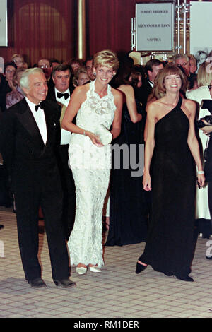 Diana, Princess of Wales walks with fashion designer Ralph Lauren, left, and Vogue Magazine editor Anna Wintour, right, during a charity gala fundraising event for the Nina Hyde Center for Breast Cancer Research September 24, 1996 in Washington, DC. - Stock Image