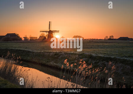 Sunrise at windmill the Meervogel at Hoeksmeer, close to Garrelsweer in the province of Groningen, the Netherlands - Stock Image