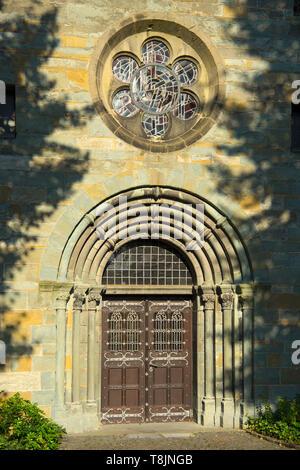 Deutschland, Nordrhein-Westfalen, Werl, Probsteikirche St. Walburga, Westtor - Stock Image