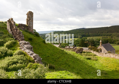 The ruins of Harbottle Castle with the village below, Northumberland - Stock Image