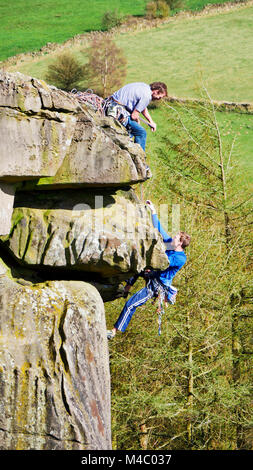 Rock clmber climbinng at Cratcliffe Tor near Elton, Winster, Peak District National Park, UK, Cratcliffe Tor near - Stock Image