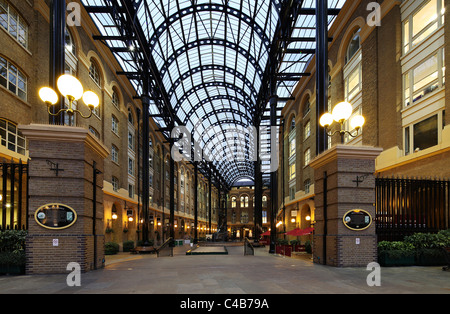 England, London. Hay's Galleria is a major riverside tourist attraction on the Jubilee Walk in the London Borough - Stock Image