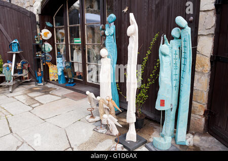 Wood carved art figures in shop exterior in Kazimierz Dolny, Poland, Europe, bohemian tourist travel destination, - Stock Image