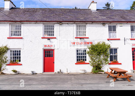 Whitewashed walls outside Wilkins Irish Bar, Church Hill, Donegal, Ireland - Stock Image