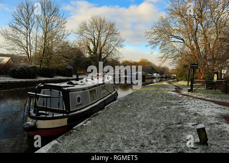 Parbold, Lancashire. 30th January 2019. A light covering of snow fell over West Lancashire over night into 30.1.19. The boats moored in the West Lancashire village of Parbold got a covering, but the canal didn't freeze and sunny spells arrived later in the day. Credit: Colin Wareing/Alamy Live News - Stock Image