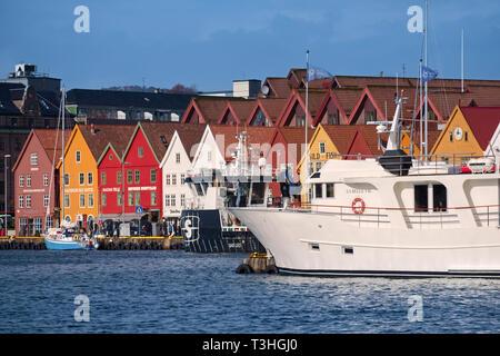 Ferry and colourful merchants houses Vagen Bryggen Bergen Norway - Stock Image