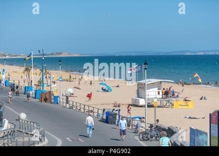 Bournemouth, UK. 22nd June 2018. UK sunny weather, people enjoy the weather on the beach and seafront at Boscombe beach in Bournemouth. Thomas Faull/Alamy Live News - Stock Image