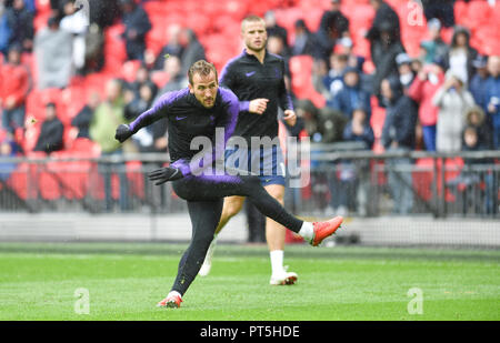 Harry Kane of Spurs warms up before the Premier League match between Tottenham Hotspur and Cardiff City at Wembley Stadium , London , 06 October 2018 - Stock Image