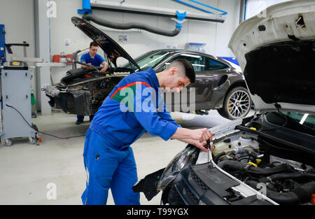 28.03.2019, Ennepetal, North Rhine-Westphalia, Germany - Training as a body and vehicle mechanic, here at Frischkorn Karosserie + Lack Zentrum on the  - Stock Image
