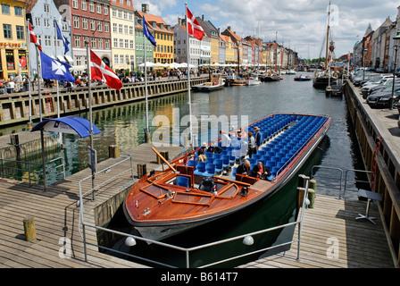 Excursion boat in the Nyhavn, New Harbour, Copenhagen, Denmark, Scandinavia, Europe - Stock Image