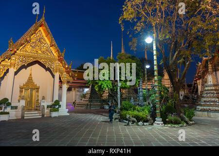 Night photo of Buddist temple Phra Maha Chedi in Bangkok, Thailand - Stock Image
