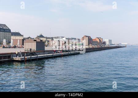 People by the water, Kvæsthusmolen, Copenhagen Harbour, Denmark - Stock Image