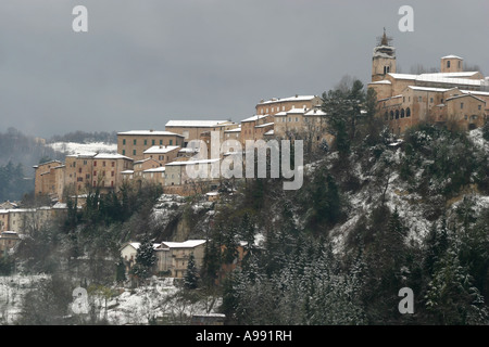 Historic hill town of Amandola in Le Marche Italy dusted with winter snow - Stock Image