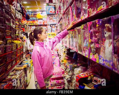 girl shopping toys islamabad pakistan - Stock Image