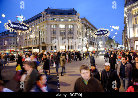 Christmas shoppers at Oxford Circus diagonal 'X-Crossing'. London. UK 2009. - Stock Image