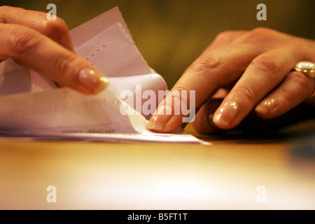 5 5 2005 Votes being counted for Edinburgh South constituency where Alastair Darling is defending his seat - Stock Image