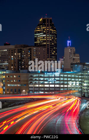 Saint Paul, Minnesota skyline at night with flowing traffic lights on Interstate 94 in the foreground. - Stock Image