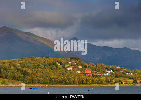 Houses at the coast of Ofotfjorden near Evenes in northern Norway. - Stock Image