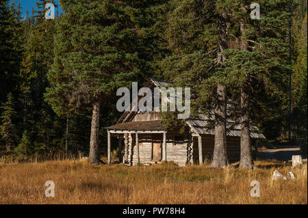 The historic cabin, built in 1910, at Olallie Meadows campground in Oregon's Mt. Hood National Forest.  You can sleep in this cabin for $20 a night. - Stock Image
