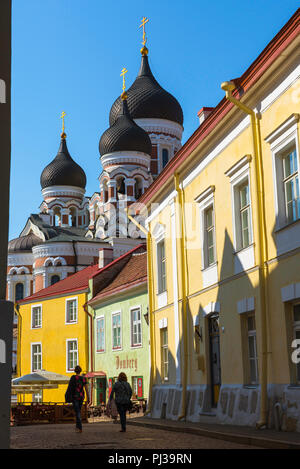 Tallinn street scene, view on a summer morning of two young women walking together along a colorful street on Toompea Hill in Tallinn, Estonia. - Stock Image