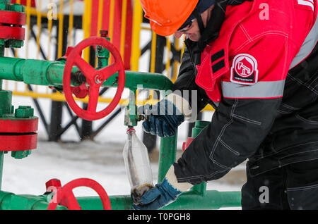 Kogalym, Russia. 21st Mar, 2019. KOGALYM, RUSSIA - MARCH 21, 2019: A worker at the Yuzhno-Yagunskoye oil field developed by Kogalymneftegaz, a subsidiary of the Lukoil-West Siberia oil and gas company. Vyacheslav Prokofyev/TASS Credit: ITAR-TASS News Agency/Alamy Live News - Stock Image