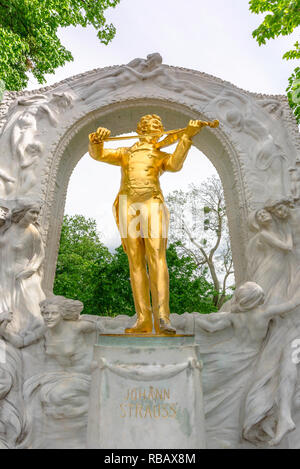 Strauss Vienna, view of the famous golden statue of the composer of 'The Blue Danube', Johann Strauss, in the Stadtpark, Vienna, Wien, Austria. - Stock Image