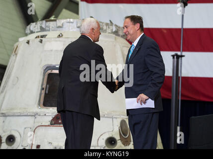 Vice President Mike Pence shakes hands with Acting NASA Administrator Robert Lightfoot before addressing NASA employees, - Stock Image
